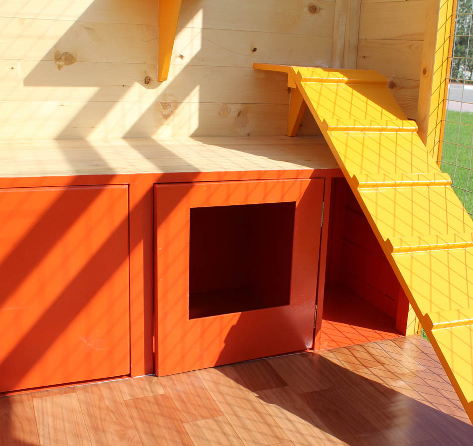 cat house with fenced play area 2